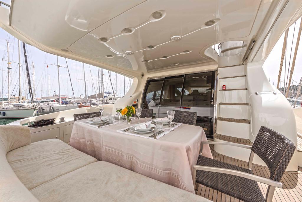 mallorca ibiza alquiler barcos con tripulacion azimut 68 evolution