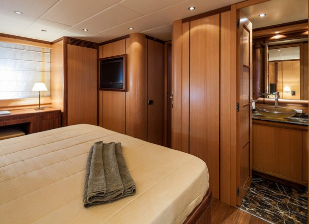 motor boat charter mangusta 72 gaia sofia